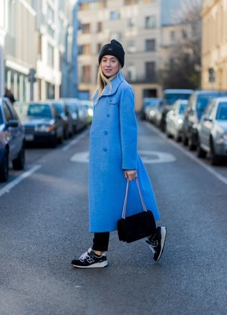 Cómo combinar: abrigo azul, jersey de cuello alto negro, vaqueros negros, deportivas negras