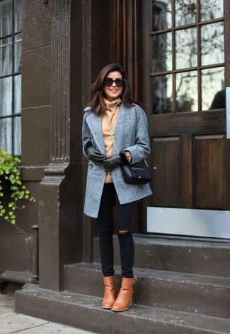 Cómo combinar: abrigo gris, jersey de cuello alto marrón claro, vaqueros pitillo desgastados negros, botines de cuero marrón claro