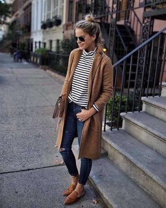 Cómo combinar: abrigo marrón claro, jersey de cuello alto de rayas horizontales en blanco y negro, vaqueros pitillo desgastados azul marino, mocasín de cuero marrónes