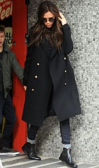 Cómo combinar un jersey de cuello alto negro: Usa un jersey de cuello alto negro y unos vaqueros pitillo negros para una vestimenta cómoda que queda muy bien junta. ¿Quieres elegir un zapato informal? Complementa tu atuendo con botines chelsea de cuero negros para el día.