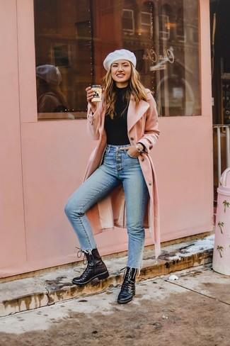 Cómo combinar una boina: Usa un abrigo rosado y una boina para un look agradable de fin de semana. Completa el look con botas planas con cordones de cuero negras.