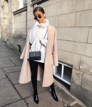 Ponte un abrigo beige y unos vaqueros pitillo negros para crear una apariencia elegante y glamurosa. Botines chelsea de cuero negros añadirán interés a un estilo clásico.