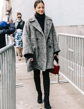 Cómo combinar: abrigo de tartán gris, jersey de cuello alto de punto negro, vaqueros pitillo azules, botas sobre la rodilla de ante negras