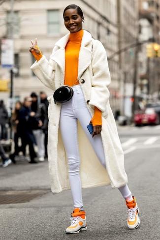 Cómo combinar unos calcetines blancos: Para un atuendo tan cómodo como tu sillón elige un abrigo de forro polar blanco y unos calcetines blancos. Zapatillas altas naranjas son una opción excelente para complementar tu atuendo.