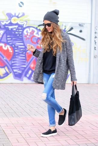 Equípate un abrigo gris con unos vaqueros pitillo desgastados celestes para conseguir una apariencia glamurosa y elegante. Mezcle diferentes estilos con zapatillas slip-on negras.