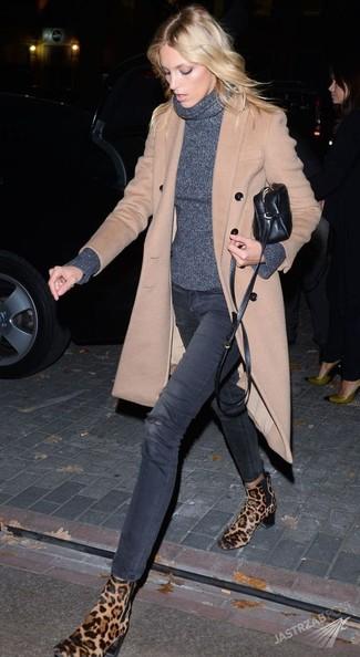 Cómo combinar: abrigo en beige, jersey de cuello alto en gris oscuro, vaqueros pitillo desgastados en gris oscuro, botines chelsea de ante de leopardo marrón claro