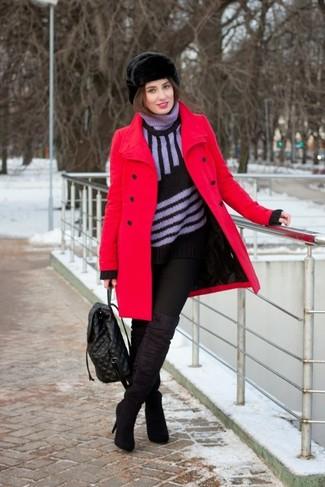 Cómo combinar: abrigo rojo, jersey de cuello alto de rayas verticales negro, vaqueros pitillo negros, botas sobre la rodilla de ante negras