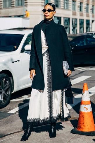 Cómo combinar: abrigo negro, jersey de cuello alto negro, vestido camisola de encaje en blanco y negro, botines de cuero negros