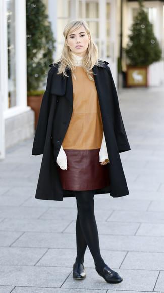 Cómo combinar: abrigo negro, jersey de cuello alto blanco, vestido recto de cuero marrón claro, mocasín de cuero negros