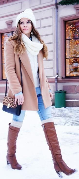 Cómo combinar: abrigo en beige, jersey de ochos blanco, camisa vaquera celeste, vaqueros pitillo azules