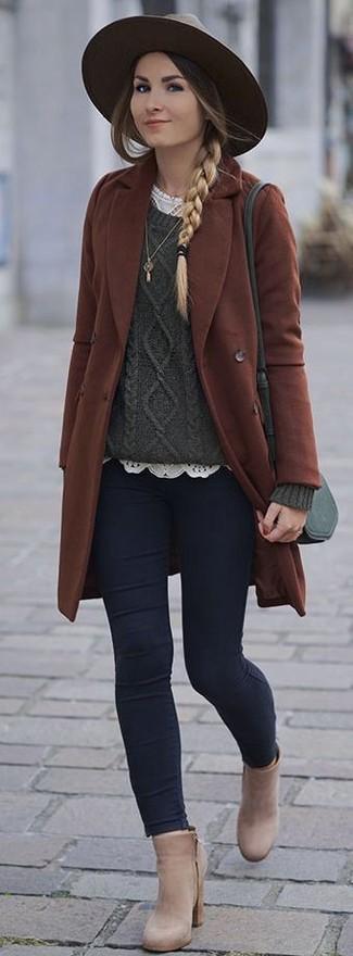 Cómo combinar: abrigo marrón, jersey de ochos verde oscuro, camiseta con cuello circular de encaje blanca, vaqueros pitillo azul marino