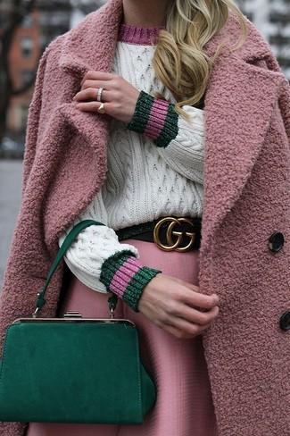 Cómo combinar: abrigo rosado, jersey de ochos blanco, falda campana rosada, cartera sobre de cuero verde