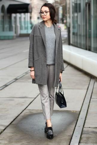 Outfits mujeres: Casa un abrigo gris con un pantalón de pinzas gris para sentirte con confianza y a la moda. Botines de cuero negros son una opción práctica para completar este atuendo.