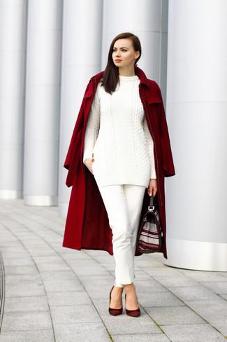 Cómo combinar: abrigo burdeos, jersey de ochos blanco, pantalones pitillo blancos, zapatos de tacón de ante burdeos