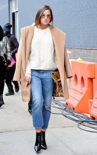 Cómo combinar: abrigo marrón claro, jersey de ochos blanco, vaqueros azules, botines de cuero negros
