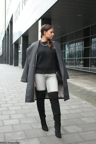 Cómo combinar: abrigo en gris oscuro, jersey de ochos negro, vaqueros pitillo grises, botas sobre la rodilla de ante negras