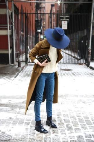 Cómo combinar: abrigo marrón, jersey de ochos en beige, vaqueros pitillo azules, botines chelsea de cuero negros