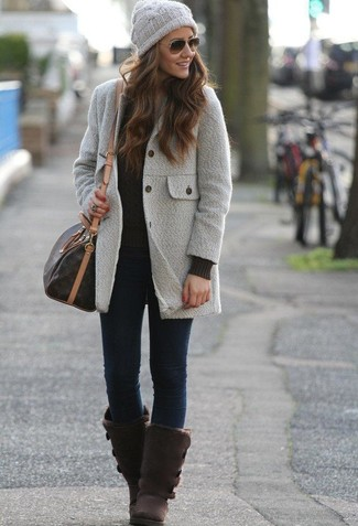 Cómo combinar unos vaqueros pitillo azul marino: Opta por un abrigo gris y unos vaqueros pitillo azul marino para cualquier sorpresa que haya en el día. ¿Quieres elegir un zapato informal? Opta por un par de botas ugg en marrón oscuro para el día.