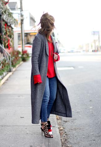 Cómo combinar: abrigo en gris oscuro, jersey de ochos rojo, vaqueros pitillo azules, sandalias romanas de ante negras