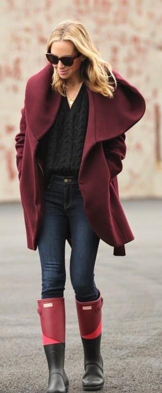 Cómo combinar: abrigo burdeos, jersey de ochos negro, vaqueros pitillo azul marino, botas de lluvia burdeos