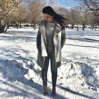 Cómo combinar: abrigo gris, jersey de ochos gris, vaqueros pitillo en gris oscuro, botines de cuero marrónes