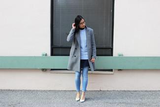 Cómo combinar: abrigo gris, jersey de ochos celeste, vestido skater azul marino, vaqueros pitillo celestes