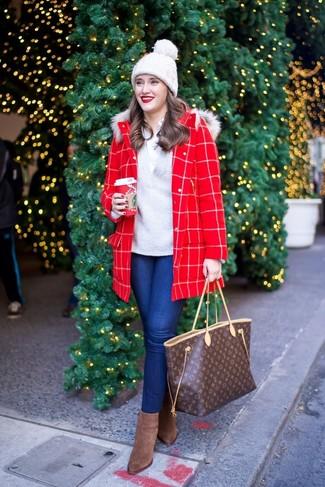 Cómo combinar: abrigo a cuadros rojo, jersey de pico gris, camisa de vestir blanca, vaqueros pitillo azules