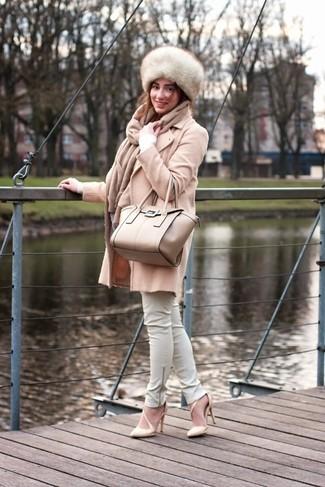 Cómo combinar: abrigo en beige, jersey de pico blanco, pantalones pitillo de cuero blancos, zapatos de tacón de cuero en beige