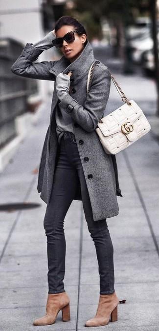 Cómo combinar: abrigo gris, jersey de pico gris, vaqueros pitillo negros, botines de ante marrón claro