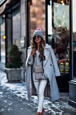 Cómo combinar: abrigo gris, jersey de pico gris, vaqueros pitillo blancos, zapatos de tacón de ante rosa
