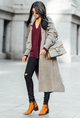 Cómo combinar: abrigo gris, jersey de pico burdeos, vaqueros pitillo desgastados negros, botines chelsea de ante en tabaco