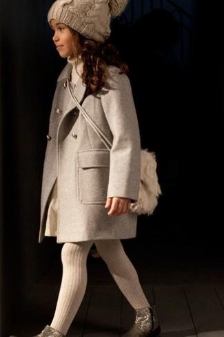 Cómo combinar: abrigo en beige, jersey en beige, falda en beige, botas doradas