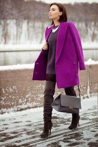 Cómo combinar: abrigo morado, jersey oversized morado oscuro, botas sobre la rodilla de ante en marrón oscuro, bolso de hombre de cuero gris