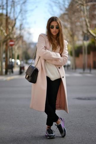 Haz de un abrigo rosado y un pantalón chino negro tu atuendo y te verás como todo un bombón. Deportivas negras añadirán interés a un estilo clásico.