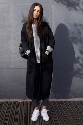 Cómo combinar: abrigo negro, jersey oversized gris, pantalones pitillo de lana en gris oscuro, tenis blancos