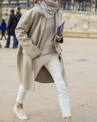 Cómo combinar: abrigo en beige, jersey oversized en beige, pantalones pitillo blancos, mocasín de ante en beige
