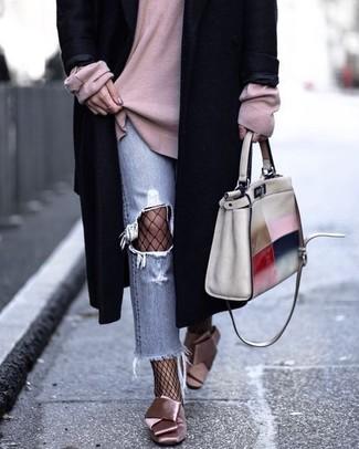 Cómo combinar: abrigo negro, jersey oversized rosado, vaqueros desgastados celestes, zapatos de tacón de satén rosados