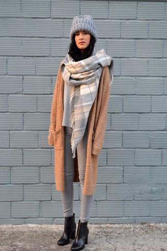 Cómo combinar: abrigo de punto marrón claro, jersey oversized gris, vaqueros pitillo grises, botines de cuero negros