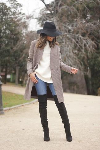 Cómo combinar: abrigo a cuadros marrón, jersey oversized blanco, vaqueros pitillo azules, botas sobre la rodilla de ante negras