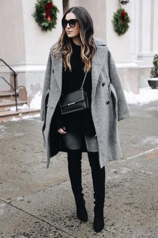 Cómo combinar: abrigo gris, jersey oversized negro, vaqueros pitillo grises, botas sobre la rodilla de ante negras