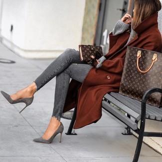 Cómo combinar un abrigo en tabaco: Elige un abrigo en tabaco y unos vaqueros pitillo desgastados grises para una vestimenta cómoda que queda muy bien junta. Un par de botines de ante grises se integra perfectamente con diversos looks.