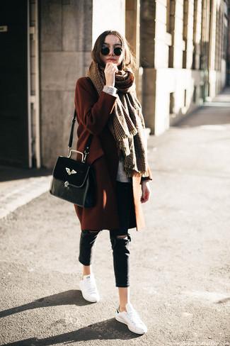 Cómo combinar: abrigo en tabaco, jersey oversized de punto gris, vaqueros pitillo desgastados negros, tenis de cuero blancos