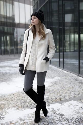 Ponte un abrigo blanco y unos vaqueros pitillo en gris oscuro para lidiar sin esfuerzo con lo que sea que te traiga el día. Botas sobre la rodilla de ante negras son una opción práctica para complementar tu atuendo.