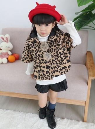 Look de moda: Abrigo de leopardo marrón claro, Jersey blanco, Pantalones cortos de cuero negros, Botas negras