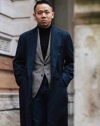 Cómo combinar: abrigo largo azul marino, blazer de pata de gallo en blanco y negro, jersey de cuello alto negro, vaqueros azul marino