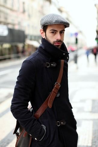 Cómo combinar: abrigo largo azul marino, bolso mensajero de cuero marrón, gorra inglesa de tartán gris
