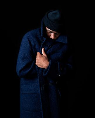 Cómo combinar: abrigo largo azul marino, gorro negro