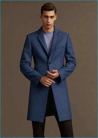 Cómo combinar: abrigo largo azul marino, jersey con cuello circular celeste, pantalón de vestir negro