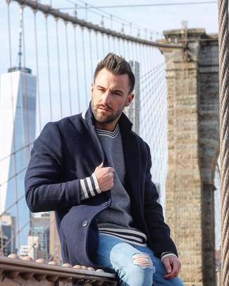 Cómo combinar: abrigo largo azul marino, jersey con cuello circular de rayas horizontales en azul marino y blanco, vaqueros pitillo desgastados celestes