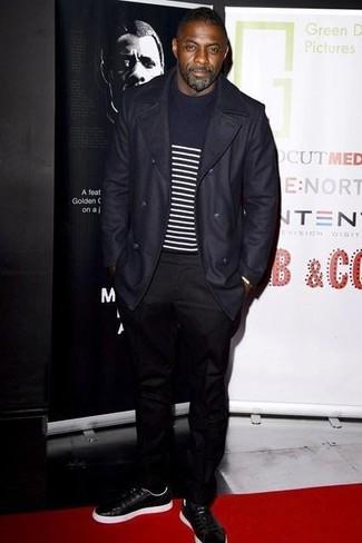 Look de Idris Elba: Abrigo Largo Azul Marino, Jersey con Cuello Circular de Rayas Horizontales en Azul Marino y Blanco, Pantalón Chino Negro, Tenis de Cuero Negros